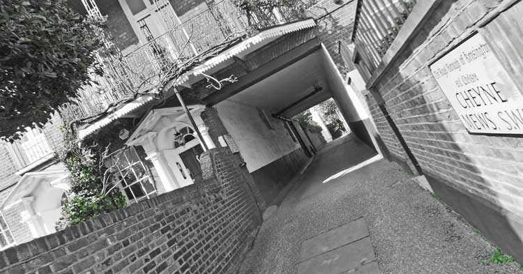 Looking into Cheyne Mews on the Chelsea Treasure Hunt.